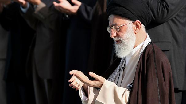رهبر انقلاب بر پیکر آیت الله هاشمی نماز اقامه می کنند
