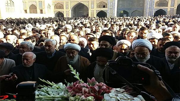 تشیع پیکر حجت الاسلام مظاهری بر روی دستان مردم اصفهان+عکس