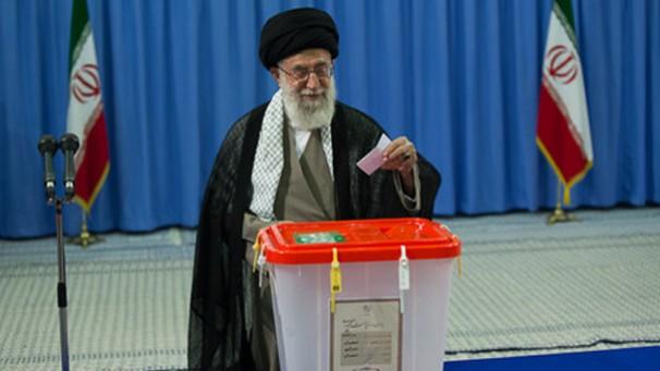حضور مقام معظم رهبری در محل اخذ رای