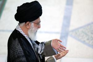 اقامه نماز عید فطر به امامت مقام معظم رهبری در مصلای امام خمینی