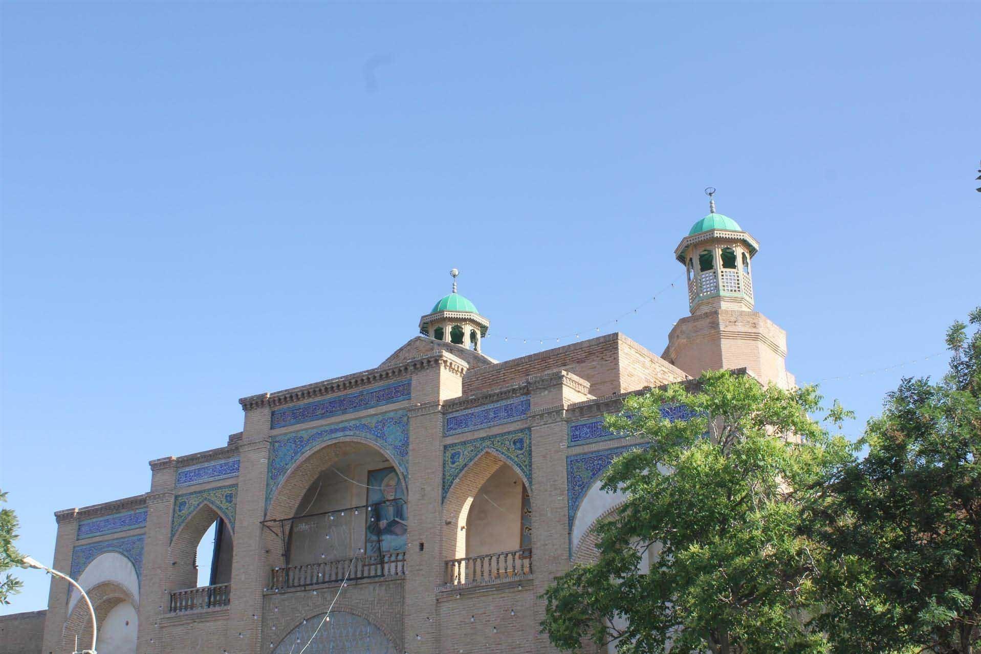 اقدام نیک هنرمند سبزواری در ساخت رایگان درهای چوبی معرق مسجد جامع سبزوار