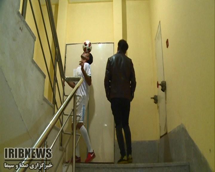 پله نوردی ۲۶ طبقه با توپی روی سر