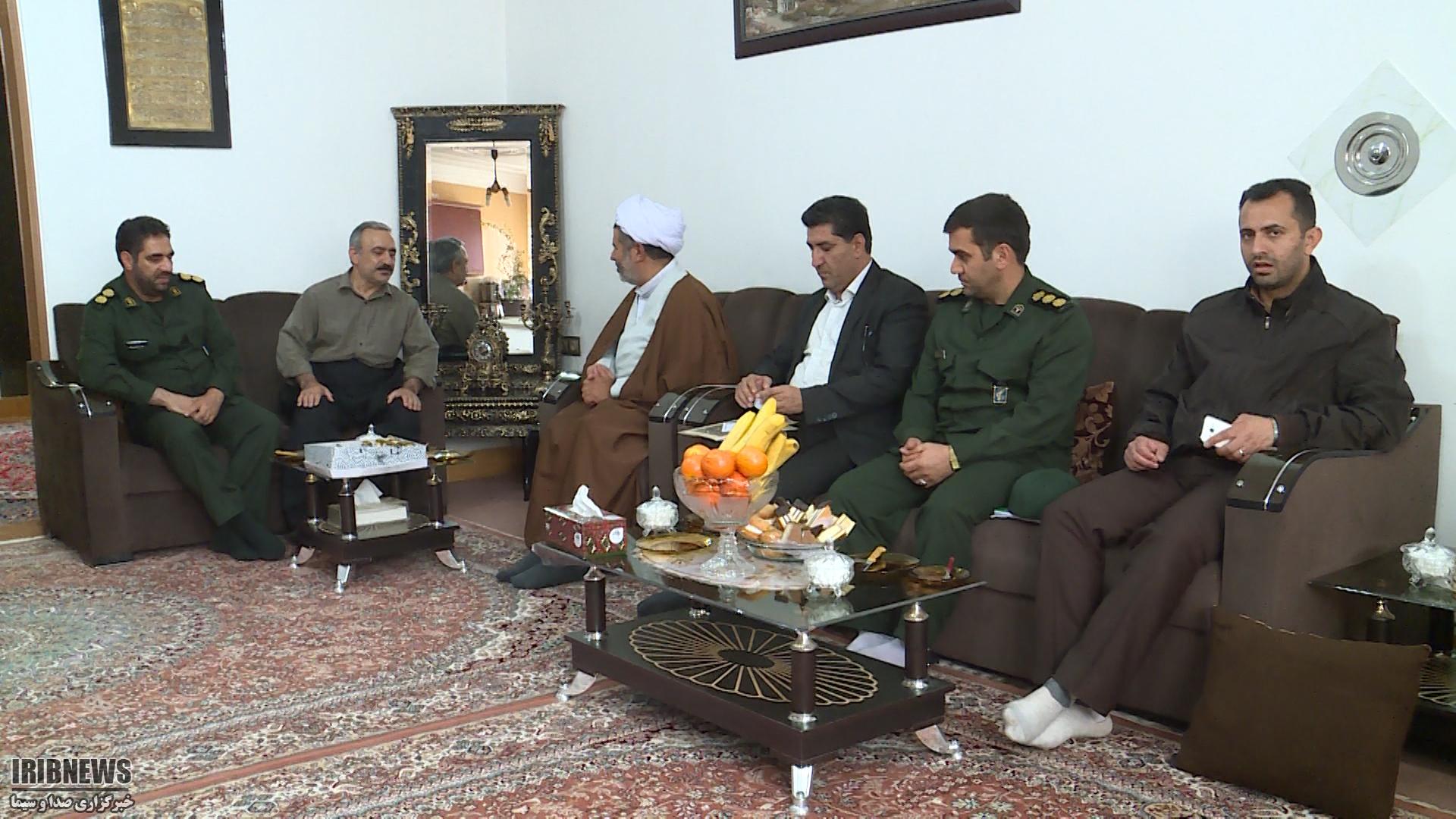 دیدار مسئولان سپاه مهاباد با دو جانباز دوران دفاع مقدس