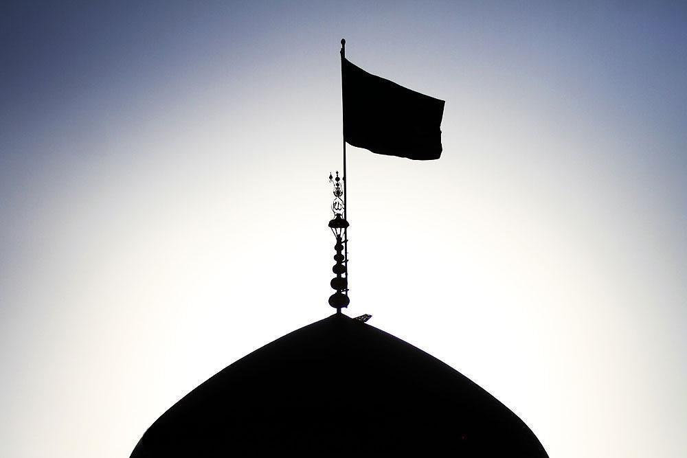 تعویض پرچم گنبد بارگاه منور رضوی به رنگ سیاه