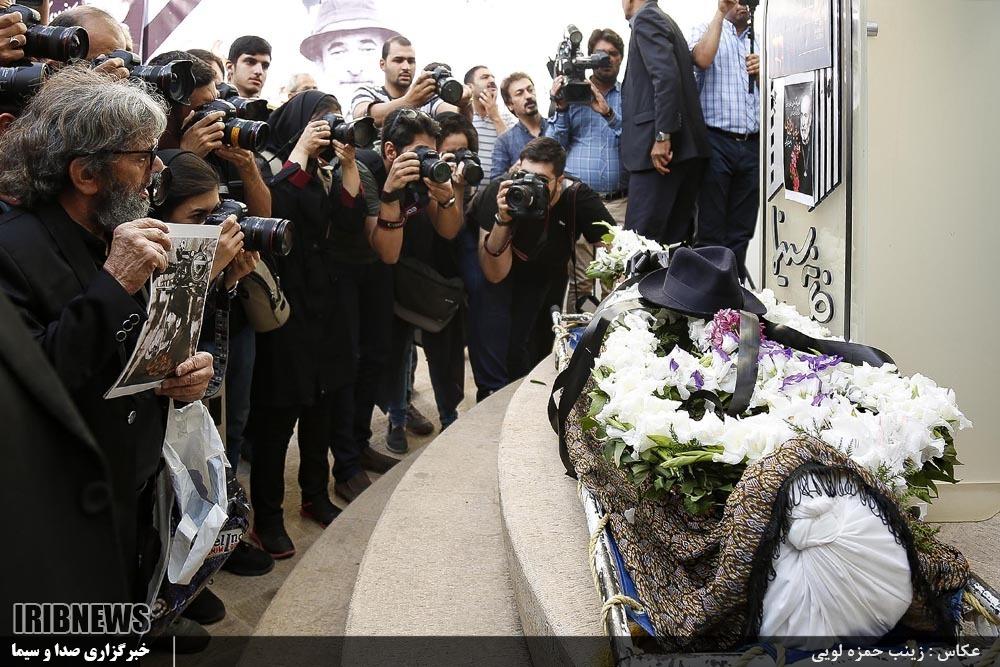 همسر کارگردان همسر سید ضیاءالدین دری مراسم تشییع هنرمندان عکس تشییع جنازه خانواده هنرمندان خانواده ضیاءالدین دری خاکسپاری بازیگران بیوگرافی سید ضیاءالدین دری