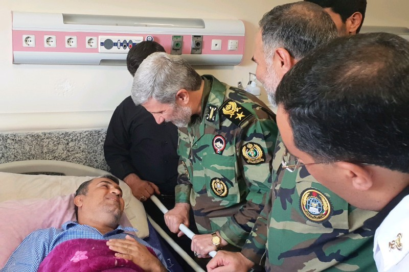 عیادت وزیر دفاع و رئیس بنیاد شهید و امور ایثارگران کشور از مجروحان حمله تروریستی اهواز