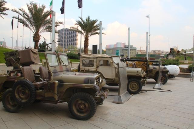 نمایشگاه ادوات جنگی در محوطه صدا و سیمای مشهد