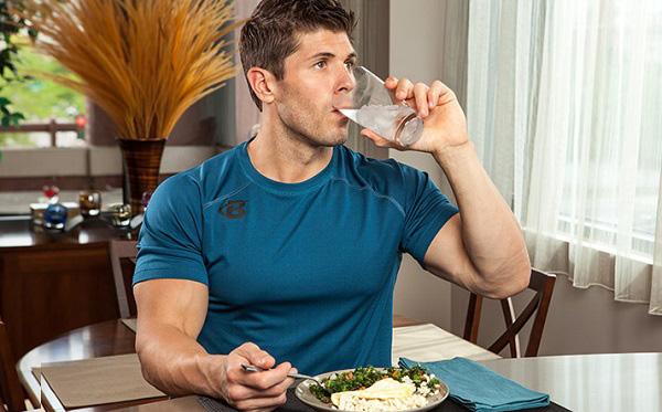 آیا آب خوردن بین غذا خطرناک است؟