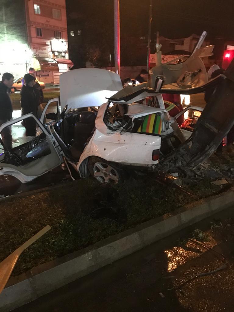 تصادف مرگبار رشت برخورد پژوپارس با تیر چراغ برق 4 کشته ومجروح داشت