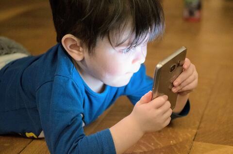 عوارض استفاده از  تلفن همراه در کودکان