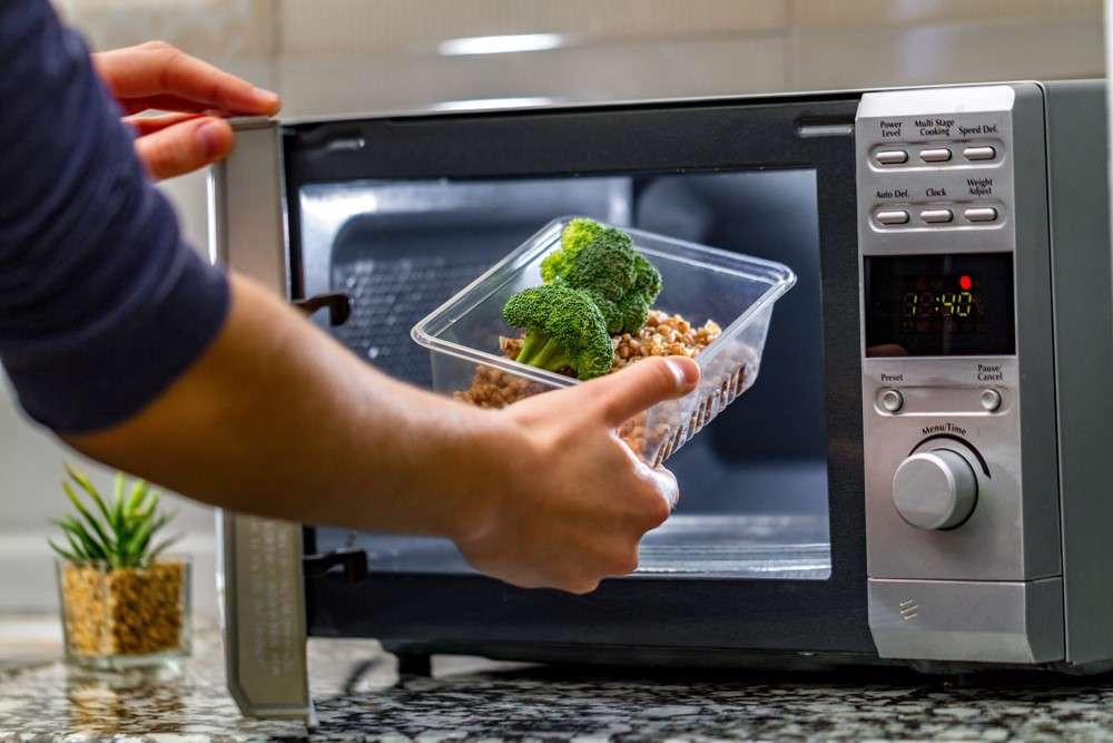 این ۶ نوع غذا را هرگز در مایکروویو قرار ندهید
